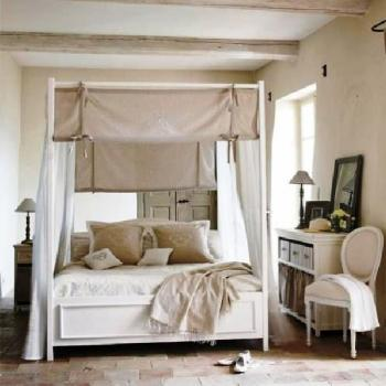 Lit baldaquin on pinterest canopy beds bedrooms and comment for Rideaux maison de campagne