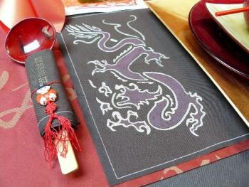Pochoir Dragon Sur Un Set De Table Trucs Et Deco